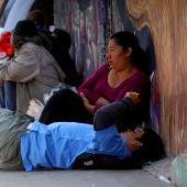 Migrantes de caravana se toman un respiro en frontera de México con EEUU