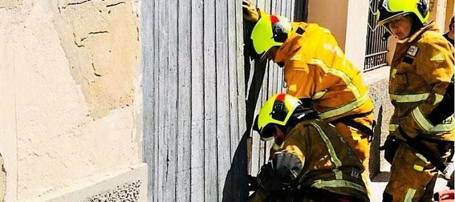 Bomberos abriendo el acceso al almacén de Torrellano en el que se ha derrimba el techo