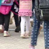 Imagen de archivo de un grupo de menores asistiendo al colegio