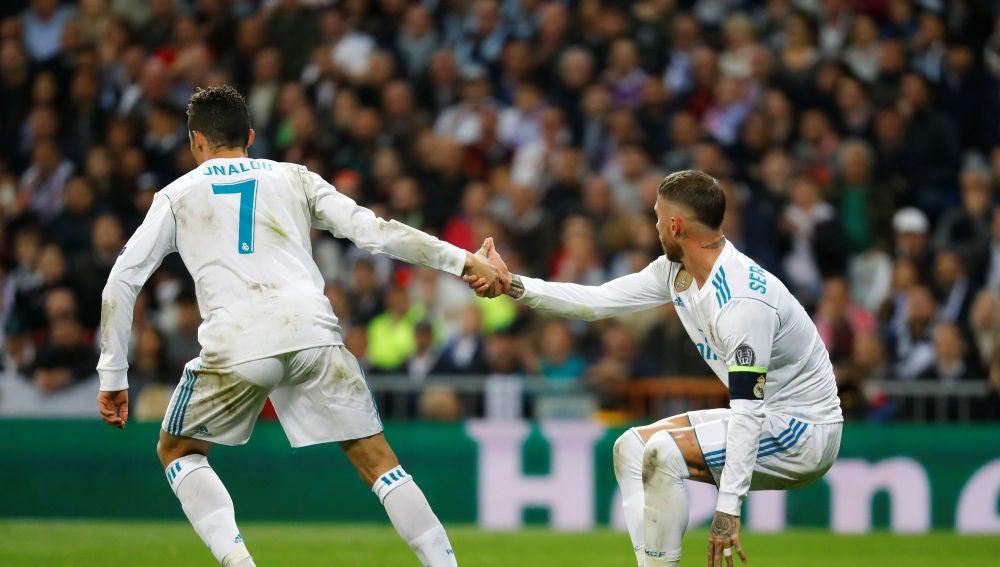 Cristiano Ronaldo ayuda a Sergio Ramos a levantarse