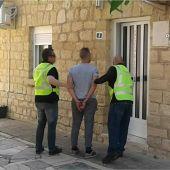 Agentes de la Guardia Civil con uno de los detenidos por el robo en La Romana