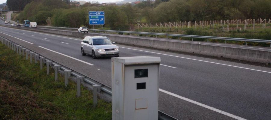 Imagen de una carretera con radar