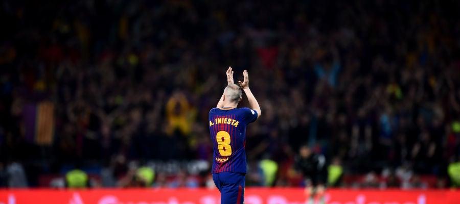 Iniesta se despide durante la final de Copa en el Metropolitano