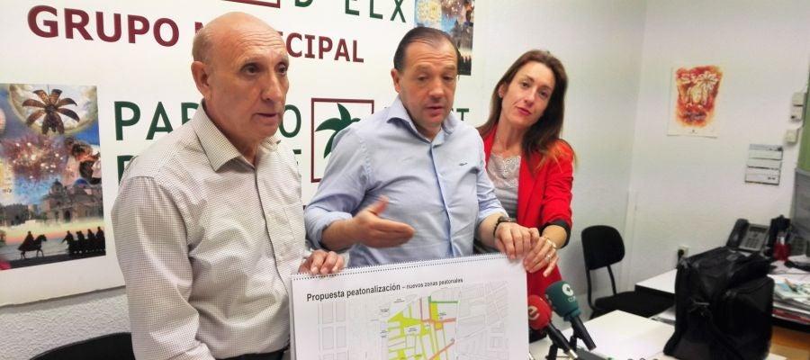 En el centro, Jesús Pareja, portavoz del Partido de Elche, muestra el proyecto de peatonalización de la calle Corredora que han elaborado