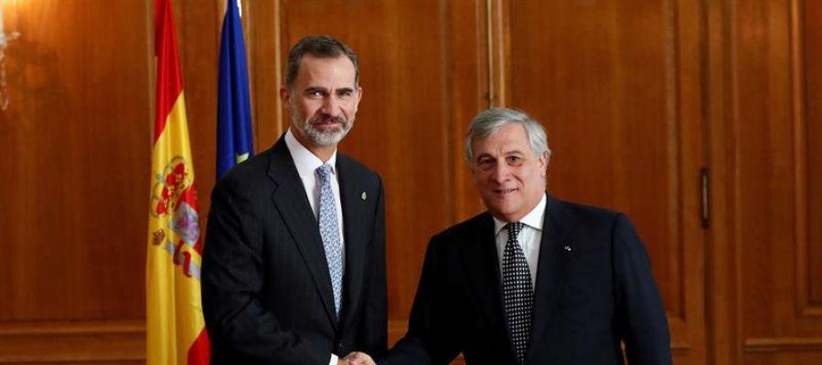 El rey Felipe VI saluda al presidente del Parlamento Europeo, Antonio Tajani