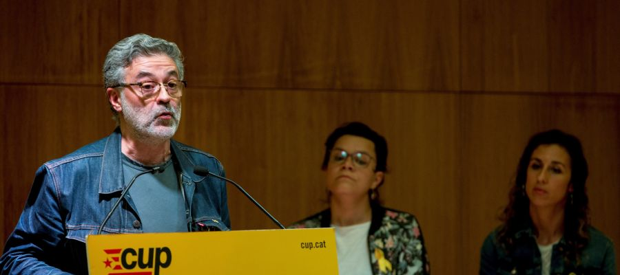 El diputado de la CUP en el Parlament, Carles Riera (i), interviene junto a la también diputada Natàlia Sánchez (c) y la portavoz nacional de la formación Laia Estrada (d)