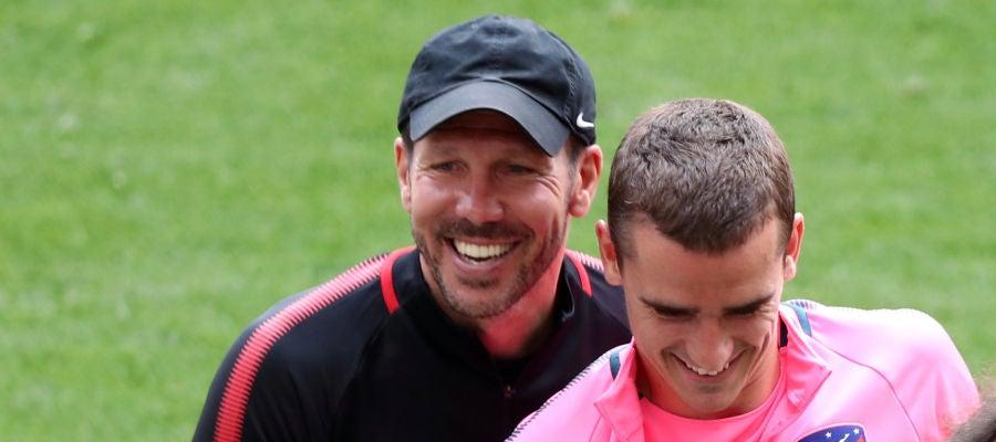 Simeone y Griezmann, sonrientes durante el entrenamiento