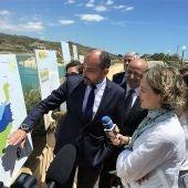 Javier Berenguer, presidente de Riegos de Levante, y la ministra de Agricultura en el embalse de Crevillent