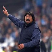 German, el 'Mono' Burgos da ordenes a sus jugadores desde el banquillo