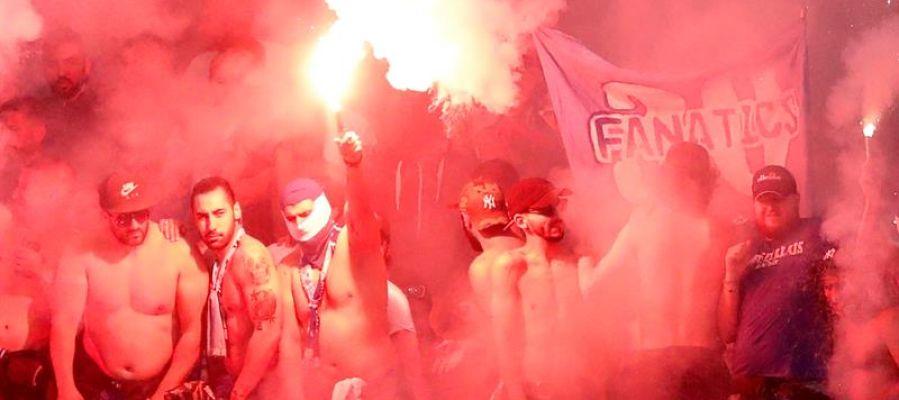 Radicales del Marsella encienden bengalas en el estadio de Lyon