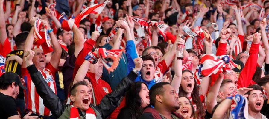 Los aficionados del Atlético de Madrid en Lyon celebran los goles de Griezmann
