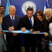 El primer ministro israelí, Benjamin Netanyahu, con el presidente de Guatemala, Jimmy Morales