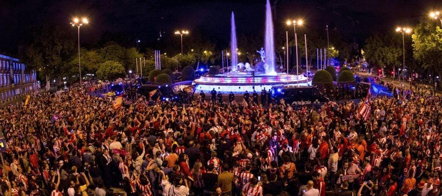 Aficionados del Atlético de Madrid celebran la Europa League en Neptuno