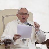 El Papa Francisco celebra su audiencia general de los miércoles en la Plaza de San Pedro del Vaticano