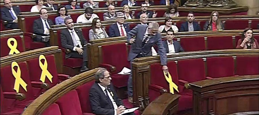 Torrent suspende el pleno en el Parlament tras un rifirrafe con Ciudadanos por los lazos amarillos