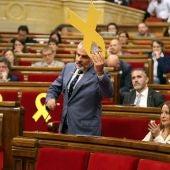 Carrizosa quita un lazo amarillo en el Parlament