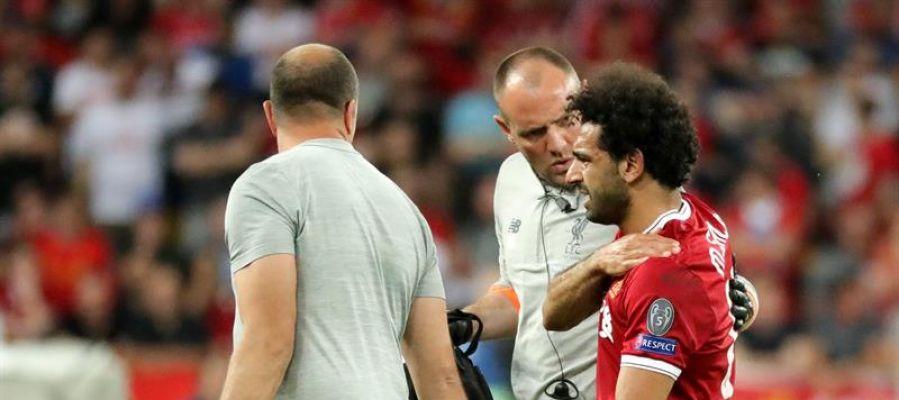 Salah se retira lesionado en la final.
