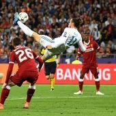 Gareth Bale, en el momento de ejecutar su chilena