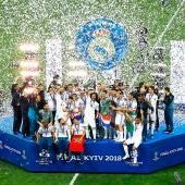 Los jugadores del Real Madrid celebran con el trofeo después de la final de la UEFA Champions League entre el Real Madrid y el Liverpool FC