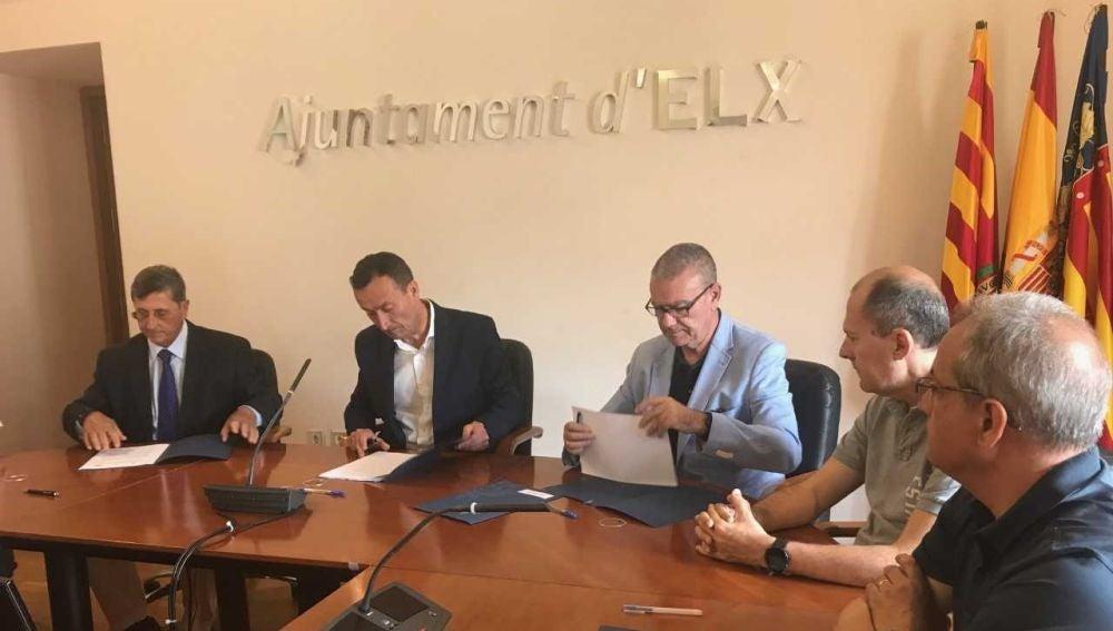 Momento de la firma del convenio entre el Ayuntamiento de Elche y la UMH para la creación del campus tecnológico