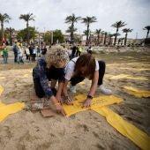 La convocatoria de plantada de cruces amarillas en la playa de Mataró