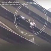 Un hombre se juega la vida para salvar a un niño de cuatro años que se quedó colgando de un balcón en París