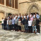 La presidenta del Govern balear junto a toda la plantilla del Real Mallorca