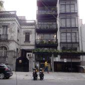 Edificios de inicios del siglo XX deteriorados junto a una torre de lofts recién construidos en la colonia Roma, en la Ciudad de México.