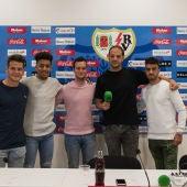 Alberto, Javi Rubio y Luis Meseguer, jugadores del Juvenil del Rayo Vallecano junto a Raúl Granado