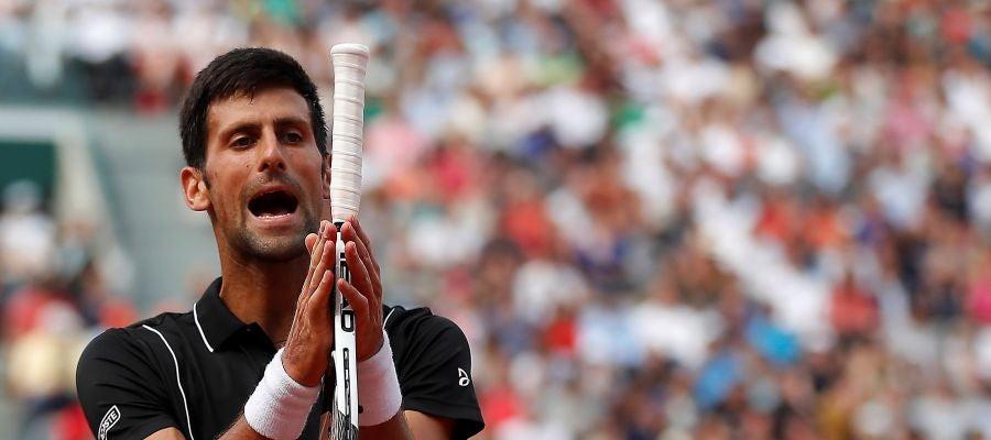 Djokovic se lamenta tras un punto ante Cecchinato