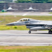 Un avión F-16 a punto de despegar en la base aérea de Hualien en Taiwán