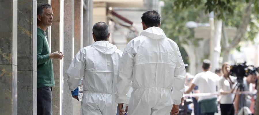 Investigadores de los Mossos d'Esquadra acceden a la vivienda del detenido en Vilanova i la Geltrú
