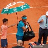 Nadal abandona la Phillipe Chartier protegido por un paraguas