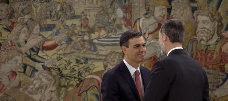 El Rey Felipe VI felicita a Pedro Sánchez