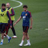 Jesús Vallejo junto a Diego Costa y Andrés Iniesta