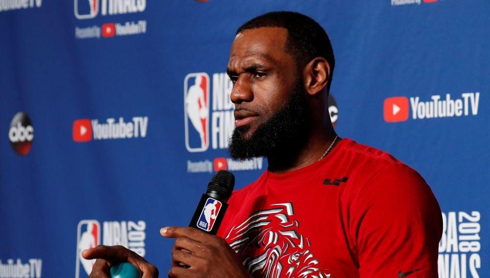 LeBron James atiende a los medios en rueda de prensa
