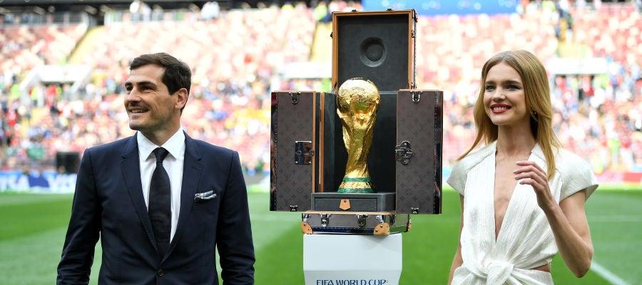 Iker Casillas y Natalia Vodianova presentan el trofeo del Mundial