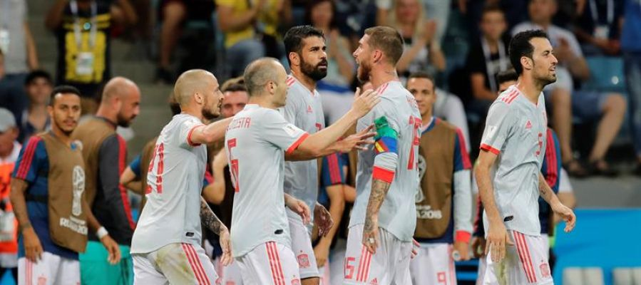 España celebra el gol de Diego Costa ante Portugal