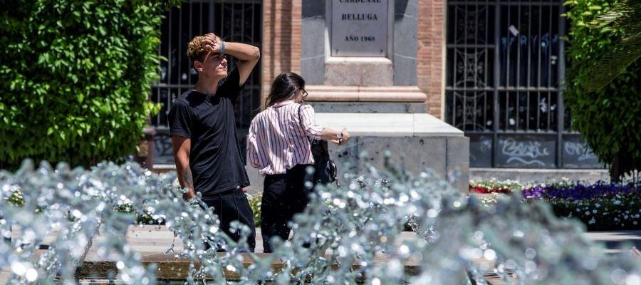 Un joven se seca el sudor este mediodía en la Glorieta de España, Murcia