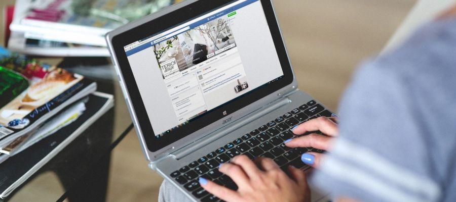 Mujer trabajando con su ordenador