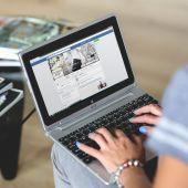 Mujer con su ordenador