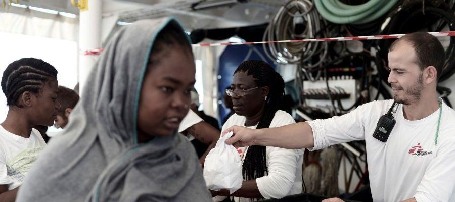 Los migrantes del Aquarius llegan al puerto de Valencia