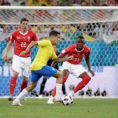 Coutinho conduce la pelota antes los defensores suizos