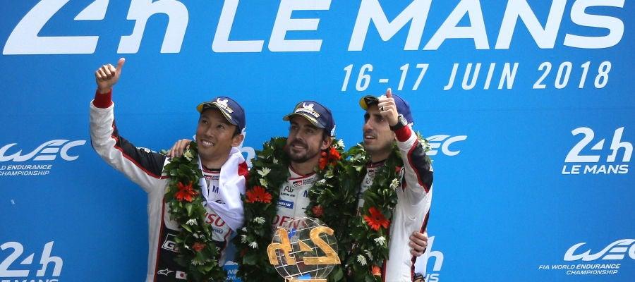 Fernando Alonso celebra la victoria en Le Mans con Buemi y Nakajima