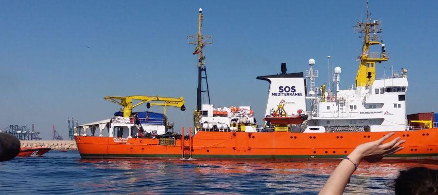 El barco Aquarius entrando al puerto de Valencia