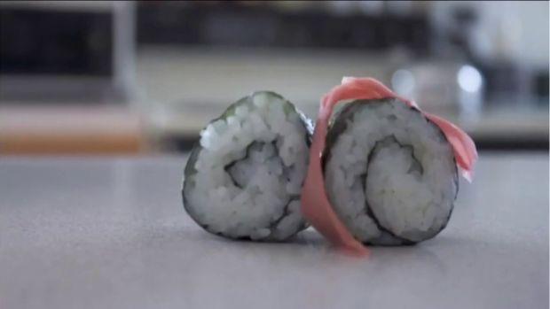 Denuncia que dos pingüinos le roban sushi de su tienda