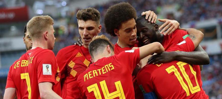 Los jugadores de Bélgica celebran un tanto de Lukaku