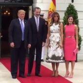 <p>Trump y su esposa reciben a los reyes de España a la entrada de Casa Blanca</p>