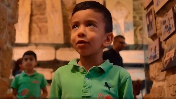 Ralph, el niño paleontólogo de cinco años que busca fósiles marinos en una montaña del Líbano