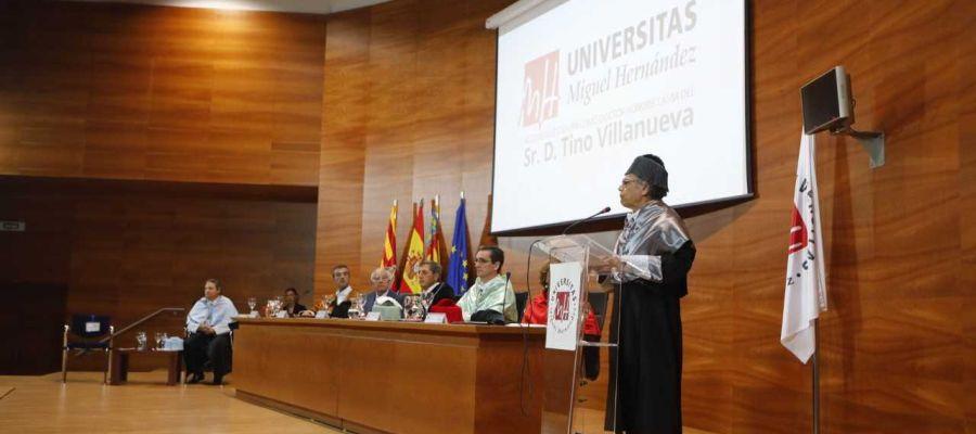 Tino Villanueva durante su discurso de investidura como Doctor Honoris Causa